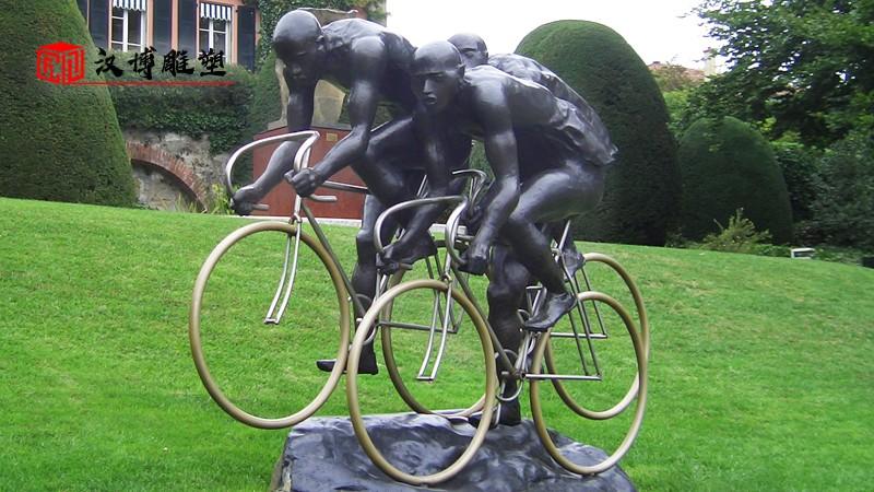 踢足球雕塑_铸铜雕塑_人物雕像定制_校园运动雕像_户外园林雕像